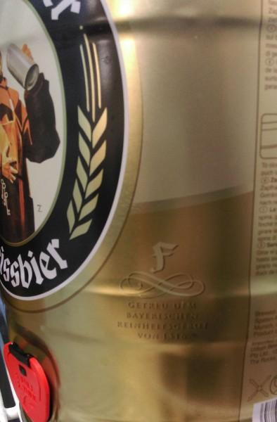 """... auf den 5 Liter Partydosen steht dagegen die strittige Aussage """"Getreu dem bayerischen Reinheitsgebot""""."""